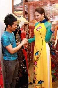 Diễm Hương chọn áo dài thêu cánh sen thi Hoa hậu Hoàn vũ