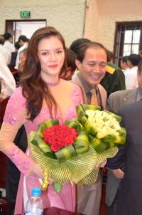 Lý Nhã Kỳ mừng Ngày nhà giáo tại Hưng Yên