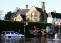 Mưa lụt nhấn chìm hơn 800 căn nhà tại Anh, 2 người chết