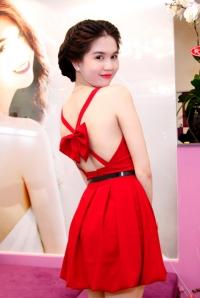 Ngọc Trinh khoe da trắng ngần với váy đỏ